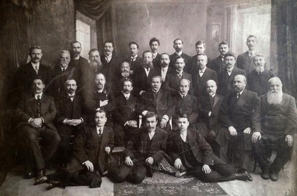 Службовці Бахмутської міської управи, в центрі – міський голова Василь Першин